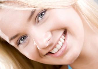 歯が気になって、自然に笑えない・・・そんな悩みはありませんか?そんな方におすすめなのが、審美歯科治療です。審美歯科治療とは、美しさに焦点を当てた総合的な歯科医療分野のことです。ただ歯を白くするだけではなく、歯の機能を回復することも同時に行っていきます。治療法は、歯列矯正・ホワイトニング・セラミックによる白い詰め物や被せ物など様々です。見た目が綺麗なだけではなく、皆様のお身体の大切な一部として調和し、快適な生活を送っていただけるようにするため、機能美も追求しております。