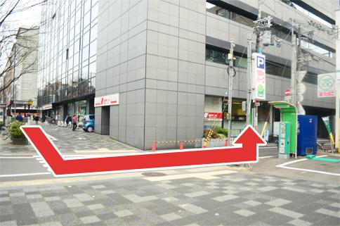 【交通アクセス】地下鉄東西線「烏丸御池」駅直結 ※矢印の方向にお進みください。ニッポンレンタカー隣にございます。