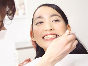 約3ヶ月ごとにお口の中を診査します。むし歯・歯周病のチェックを行い、前回と比較し悪化している箇所があれば、担当衛生士が詳しく説明します。※検査期間は、お口の状態によって変わります。