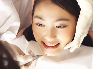 歯石歯垢を取るスケーリングを徹底して行います。さらに、PMTC(Professional Mechanical Tooth Cleaning)という方法で、歯のお掃除のプロである歯科衛生士が専用の機械を使い、歯の表面から細菌の付いたプラークを剥がし取ります。