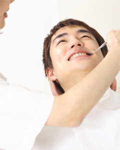 PMTCは毎日の歯磨きでの磨き残しを、患者様に代って専門の歯科医師・歯科衛生士が、クリーニングすることが中心となります。歯の表面についた歯垢(バイオフィルム)や沈着物を特殊な医療器機を使って完全に取り去ることにより、歯を歯周病から守ります。また、歯の質を強くするためにフッ素を塗布し歯垢の再付着を防ぎ、むし歯から守ります。さらに、歯肉をマッサージすることで血行がよくなり免疫力も高まります。少しでもプロの技術を覚えてご家庭でも頑張ってみてください。イメージとしては、毎日自分で洗顔して時々エステでフェイシャルマッサージをしてもらうという感じです。お口の健康を守るために、是非エステ感覚でお口のケアを行ってみてください。PMTCを行うことで、生涯ご自分の歯で噛める口腔環境のお手伝いをしております。磨きにくいところは、むし歯や歯周病になりやすい危険部位ですので、約3ヶ月に1度歯科医院で清掃することで、むし歯や歯周病からご自身の歯を守りましょう。